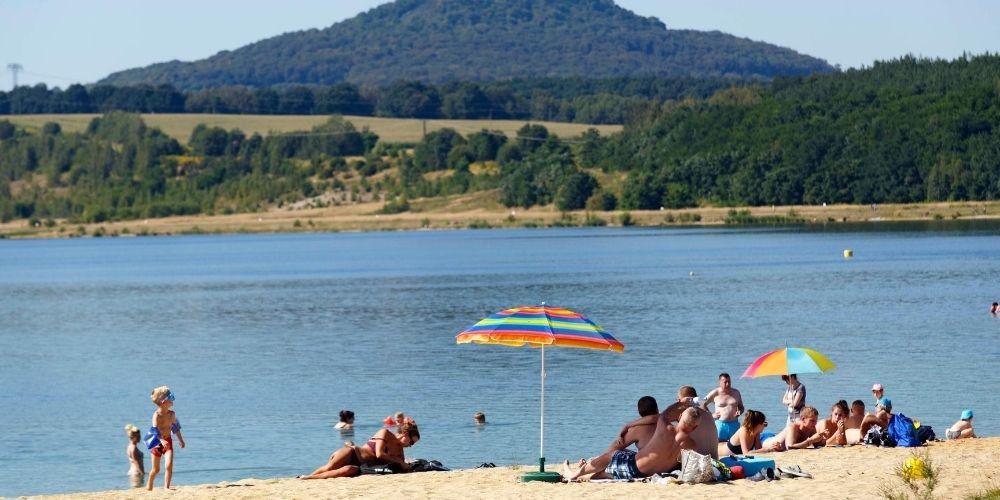 Im südlichen Teil der Stadt lädt der Berzdorfer See zum Baden und Entspannen ein (Foto: Nikolai Schmidt).